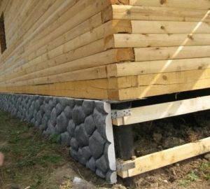 Как деревянный дом крепится на фундамент?